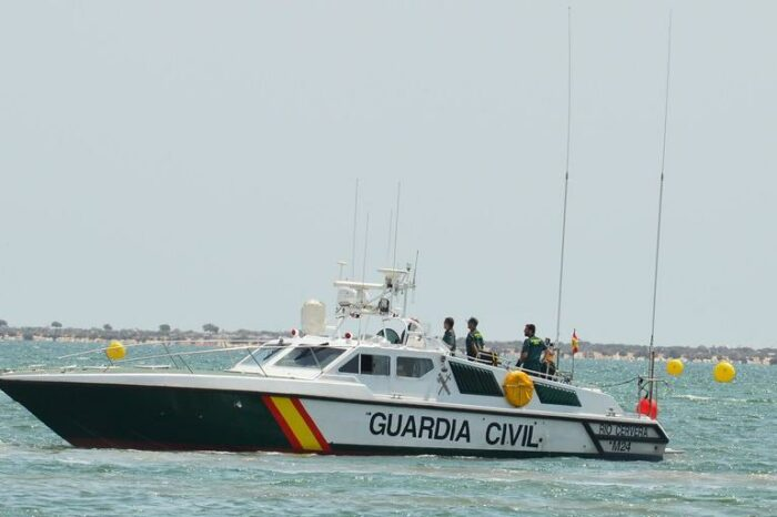 In Spain, the boat of smugglers flew to the beach