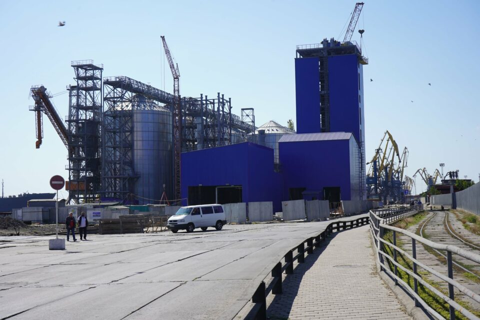 The unloading station of the new grain terminal is being completed in the port of Mariupol